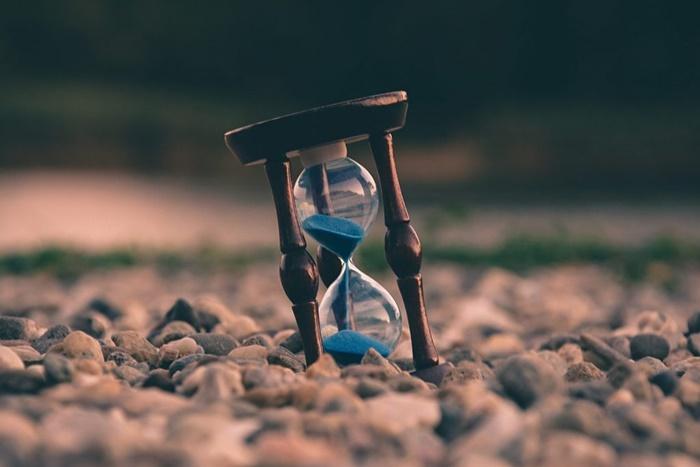 Đồng hồ cát là biểu tượng cho sự chờ đợi