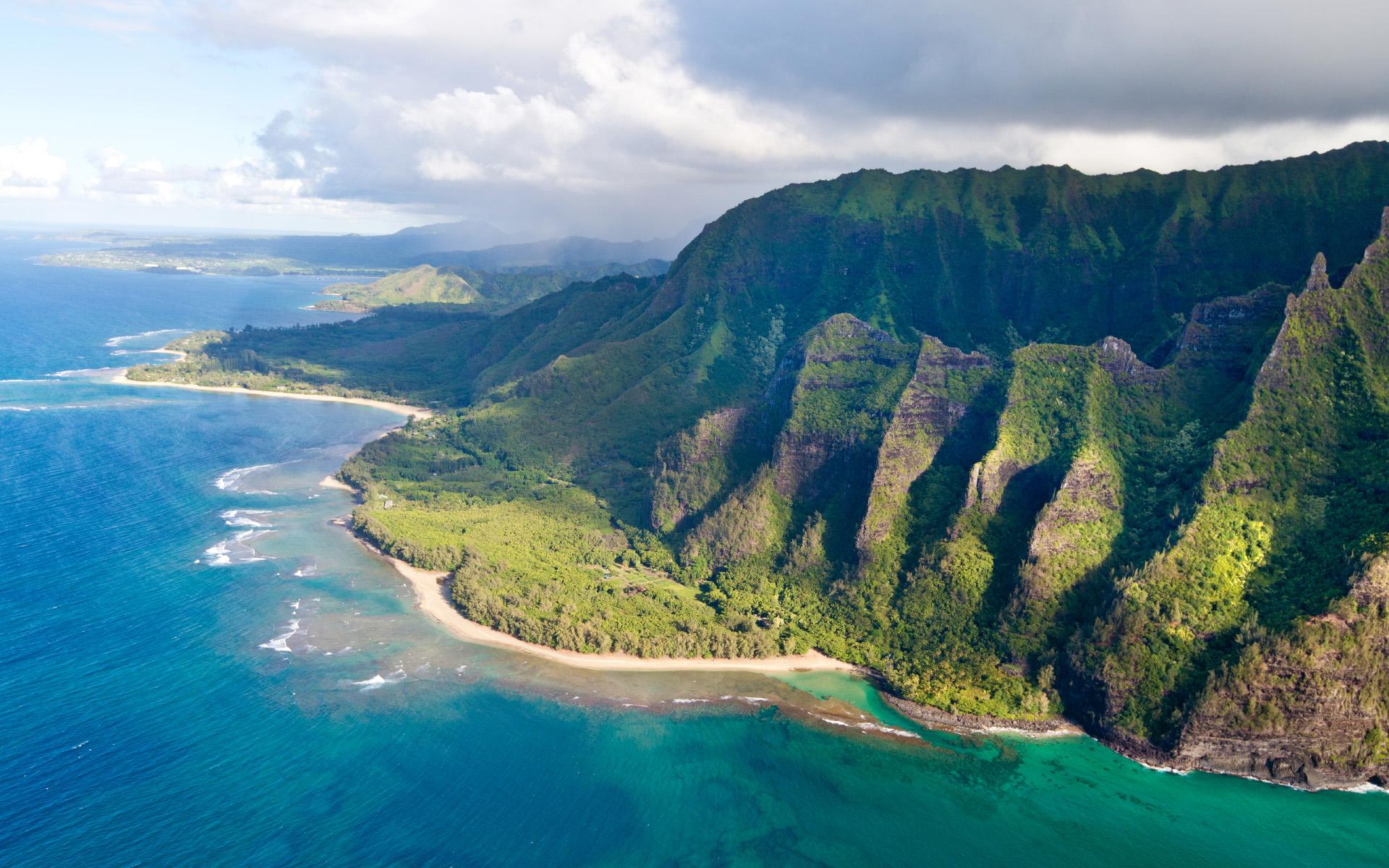 Rất khó tìm được khung cảnh có bãi cát, vách núi và biển