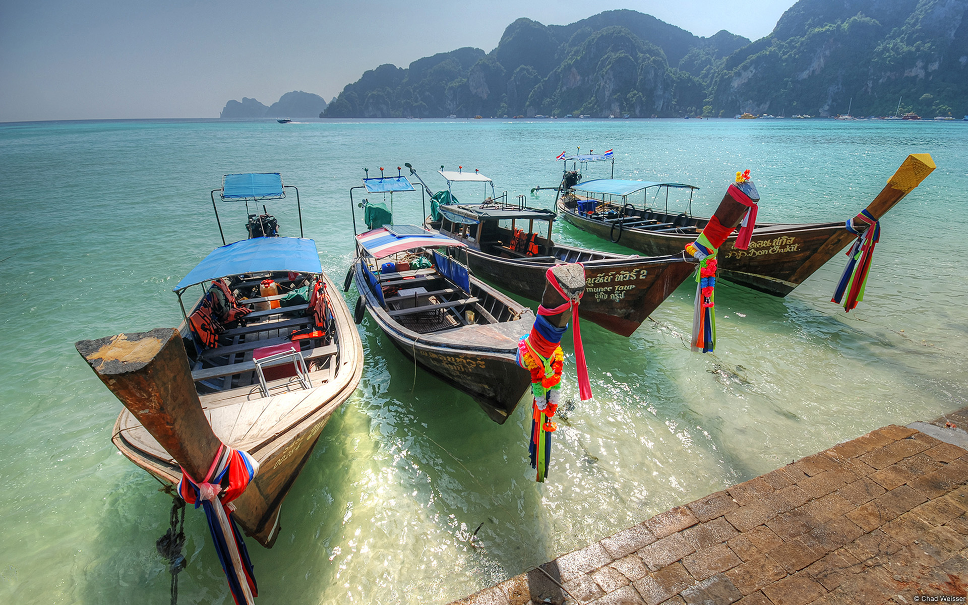 Những chiếc thuyền đuôi dài được neo tại biển Thái lan
