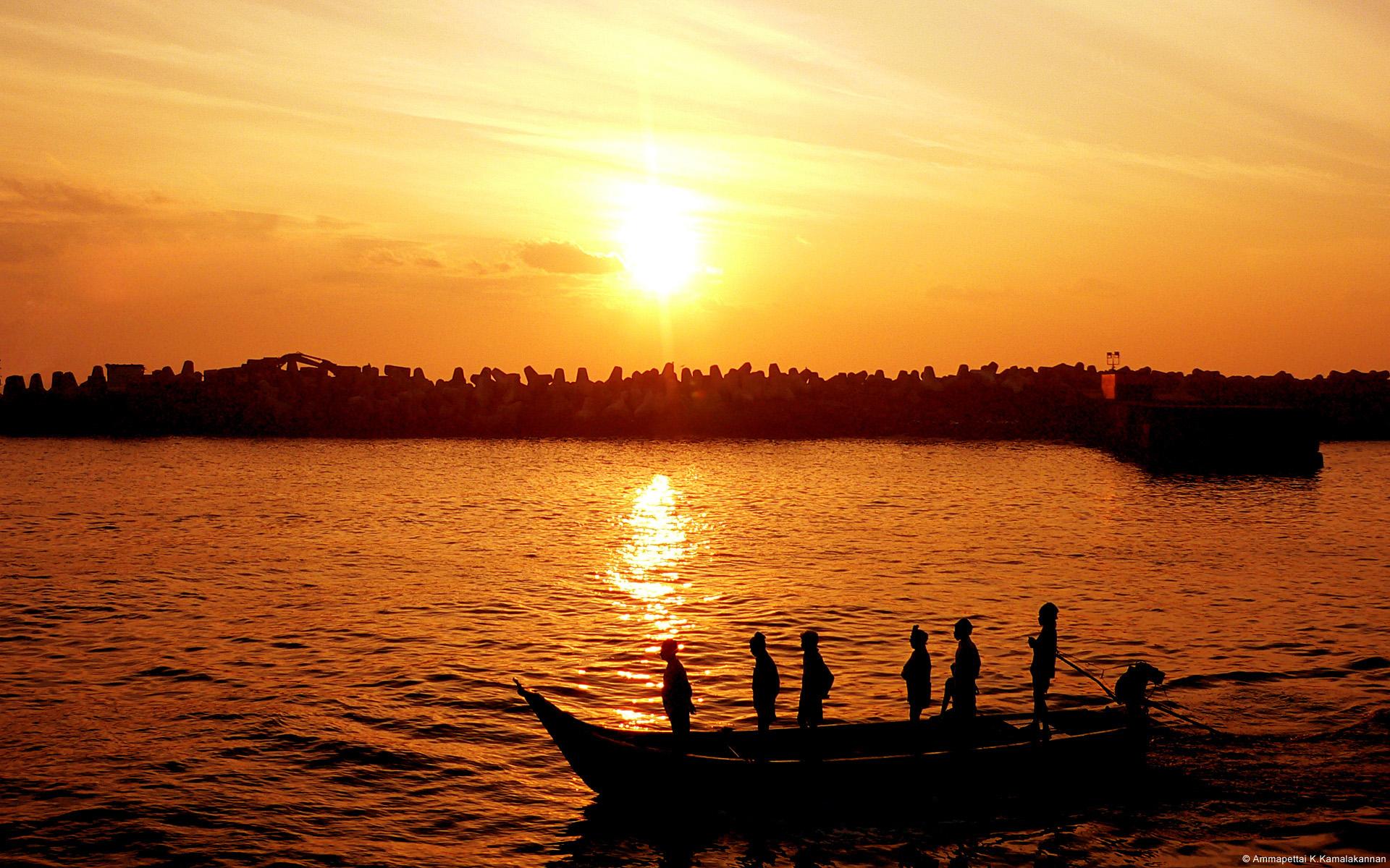Ngư dân lúc hoàng hôn ở Chennai, Ấn Độ