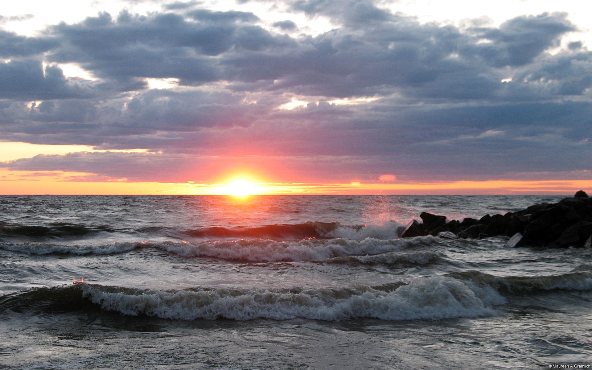 Sóng biển dưới ánh nắng nhẹ