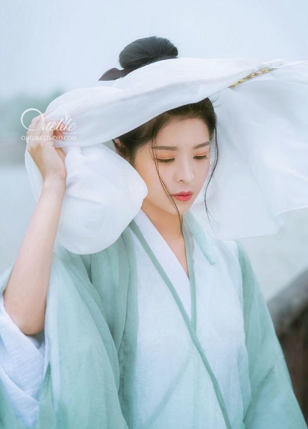 Thiếu nữ với trang phục đơn giản nhẹ nhàng