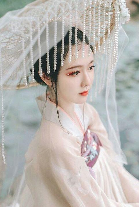 Mái tóc và phụ kiện cầu kỳ cũng là điểm nhấn của cổ trang Trung Quốc