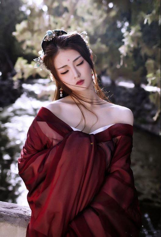 Sự quyến rũ của màu áo đỏ đậm