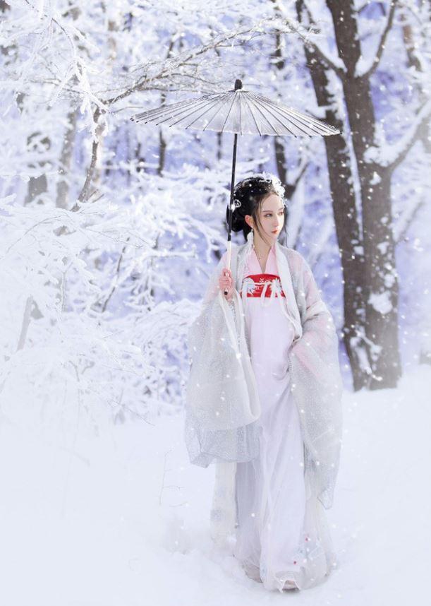 Chiếc ô và tà áo trắng