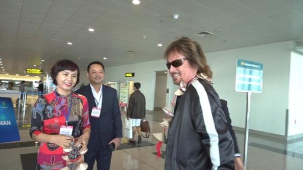 Danh ca huyền thoại thế giới Chris Norman tươi cười khi đến Việt Nam