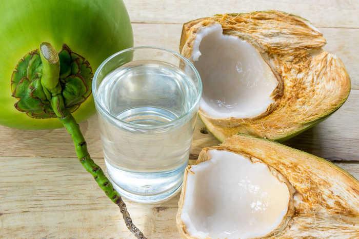 Dùng nước dừa và lá trầu không là cách giải bùa yêu đơn giản nhất