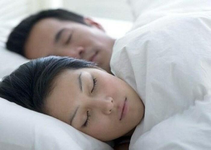 2 vợ chồng nên đắp chăn chung để tình cảm thêm gắn kết