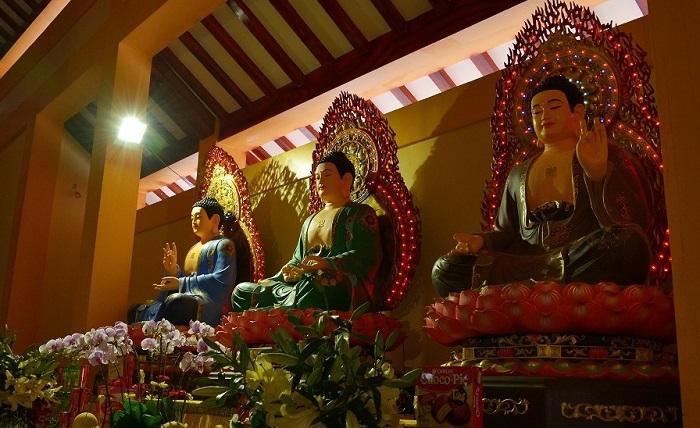 Phật Dược Sư thường được thờ bên cạnh Phật Thích Ca và Phật A Di Đà