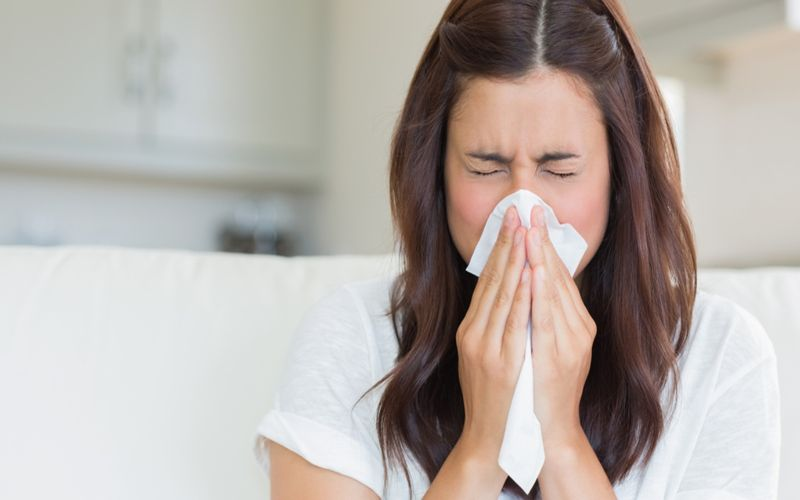 Hình 2: Hắt hơi là một trong dấu hiệu dễ nhận biết của cảm lạnh
