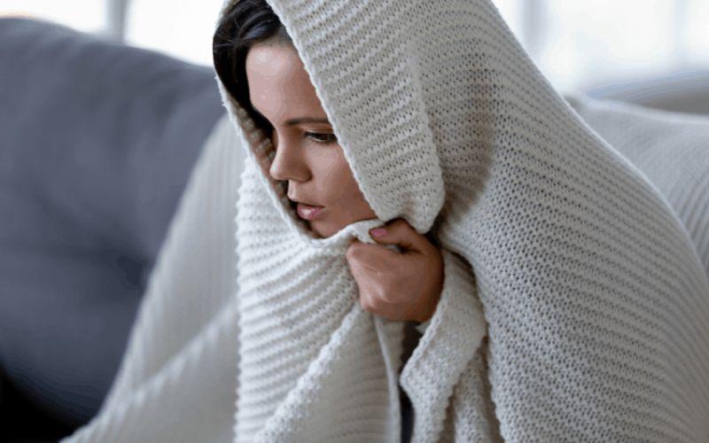 Hình 3: Người bị sốt rét xuất hiện những cơn lạnh run rẩy
